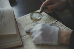 有玻璃的手 免版税库存照片