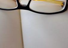 有玻璃的特写镜头开放空的笔记本 免版税库存图片