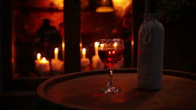 有玻璃的酒瓶在木桶舒适酒吧静物画 股票视频