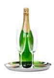 有玻璃的香宾瓶在盘子 免版税库存照片