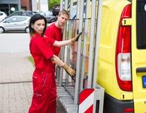 有玻璃运输卡车的玻璃剪裁工 免版税库存照片