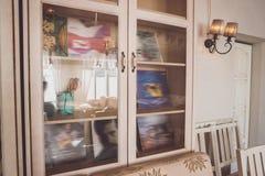 有玻璃门的碗柜 免版税库存照片