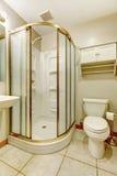 有玻璃门阵雨的卫生间 免版税库存照片