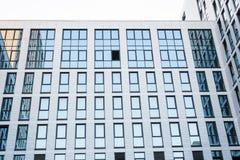 有玻璃门面的摩天大楼 编译现代 免版税库存照片