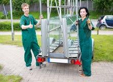 有玻璃transportion拖车的玻璃剪裁工 图库摄影