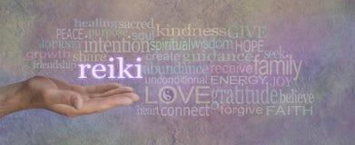 有医治用的词云彩的男性Reiki愈疗者 免版税图库摄影