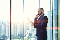 有年轻男性的CEO严肃的手机交谈 免版税库存图片