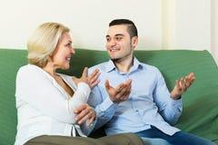 有年轻男朋友的成熟妇女 免版税库存图片