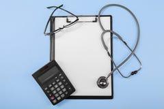 有医疗剪贴板的计算器 库存图片