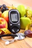 有医疗听诊器、果子和哑铃的葡萄糖米用于健身 免版税库存照片