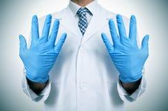 有医疗手套的一位医生 库存照片