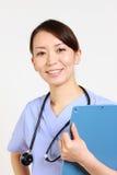 有医疗chart 的日本女性医生 免版税库存图片