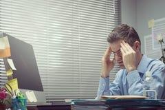 有头疼的办公室工作者 免版税库存图片
