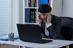 有头疼的女实业家 免版税库存照片