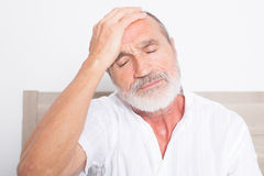 有头疼的年长人 免版税库存照片