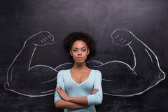 有绘的严肃的美国黑人的妇女肌肉 库存图片