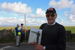 有他的书的塞德里克鲁宾逊在莫克姆湾 库存照片