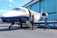 有年轻的人电话,当开始企业喷气机时 免版税库存照片
