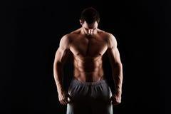 有年轻的人的肌肉和性感的躯干与运动身体的完善的吸收、二头肌和胸口男性厚片 球概念健身pilates放松 图库摄影