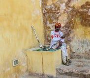 有他的传统仪器的在rajsthan,印度一个人 免版税图库摄影