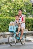 有他的儿子的人一辆出租自行车的,北京,中国 免版税库存图片