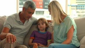 有他们的儿子的愉快的父母 股票视频