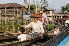 有他的儿子的缅甸父亲他的在曼德勒港的胳膊的  2015年3月13日,曼德勒,缅甸 图库摄影