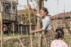 有他的儿子的缅甸父亲他的在曼德勒港的胳膊的  2015年3月13日,曼德勒,缅甸 免版税库存照片