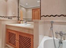 有浴的卫生间和一个镜子在旅馆里。 免版税库存图片