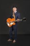 有他的吉他的音乐家 库存照片