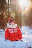有冻结的呼吸的愉快的儿童女孩在步行在多雪的冬天森林里,室外活动在度假 免版税图库摄影