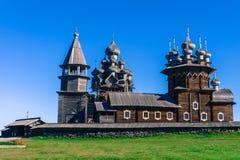 有他们的圆顶的反对明亮的蓝天的东正教教会和十字架 免版税图库摄影