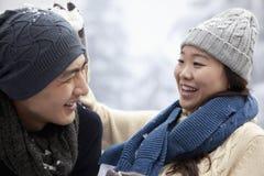 有年轻的夫妇雪球战斗 免版税图库摄影