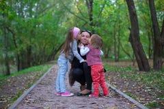 有他的女儿的年轻愉快的父亲在公园 免版税库存照片