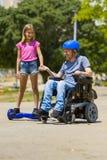 有他的女儿faving的乐趣的残疾父亲 图库摄影