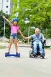 有他的女儿faving的乐趣的残疾父亲 库存图片