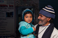 有他的孙女的印地安祖父在街道上在阿格拉 图库摄影