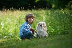 有他的宠物的小男孩 免版税库存照片