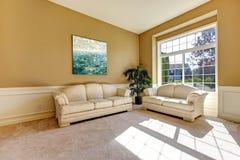 有轻的家具的日光室 免版税库存照片