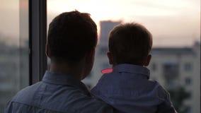 有他的小儿子的愉快的父亲在窗口附近 股票视频