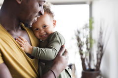 有他的小女儿的年轻美国黑人的父亲在家 免版税库存照片