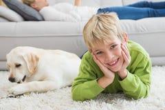 有他的小狗的逗人喜爱的小男孩 免版税图库摄影