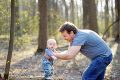 有他的小男婴的父亲 免版税图库摄影