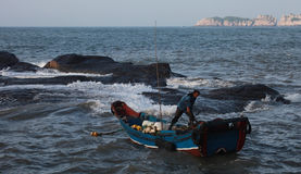 有他的小船的一位渔夫 库存照片