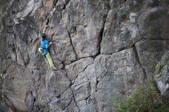 有绳索的少妇在岩石上升 图库摄影