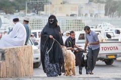 有他的山羊的阿曼妇女 免版税库存照片