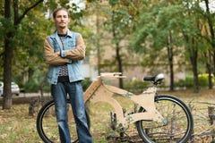 有他的巡洋舰木手工制造自行车的行家人 库存图片