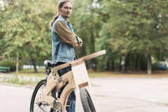 有他的巡洋舰木手工制造自行车的行家人 免版税图库摄影