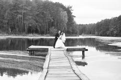 有他的新郎的新娘 免版税库存图片