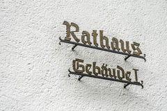 有说的标志的墙壁Rathaus Gebaeude创立1的1德国城镇厅翻译城镇厅 免版税库存图片